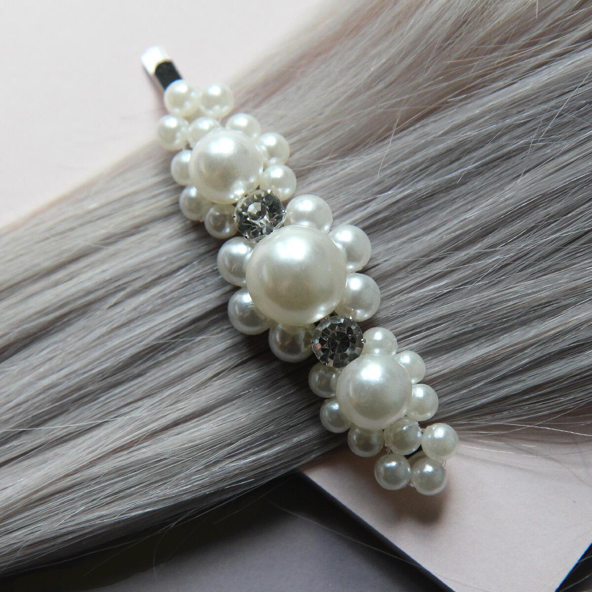 Helmillä koristeltu hiusneula